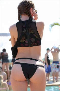 Chick showing her ass